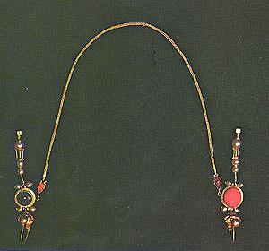 عقد من الذهب مع حلق أذن